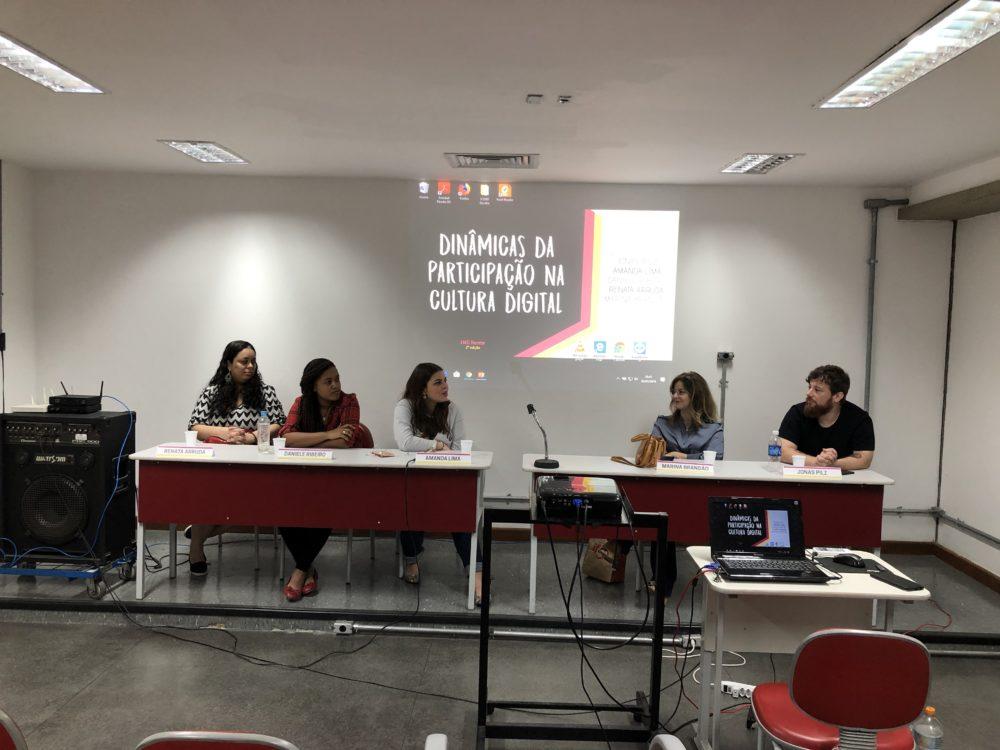 Mesa do evento com os palestrantes: Renata Arruda, Daniele Ribeiro, Amanda Lima, Marina Brandão e Jonas Pilz.